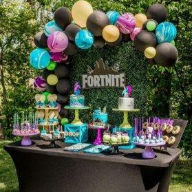 دکوراسیون و بادکنک آرایی یونیک جشن تولد بزرگسال در فضای باز