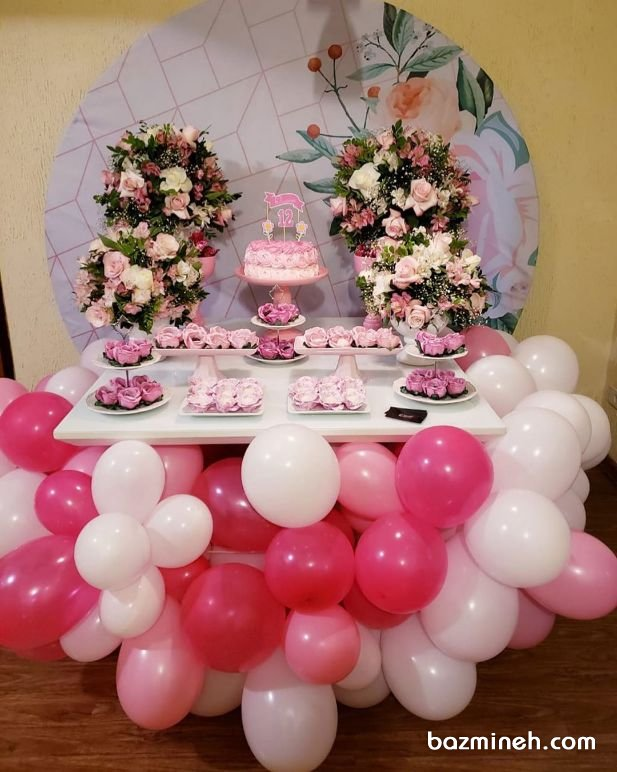 دکوراسیون میز پذیرایی جشن تولد دخترونه همراه با گل آرایی و بادکنک آرایی