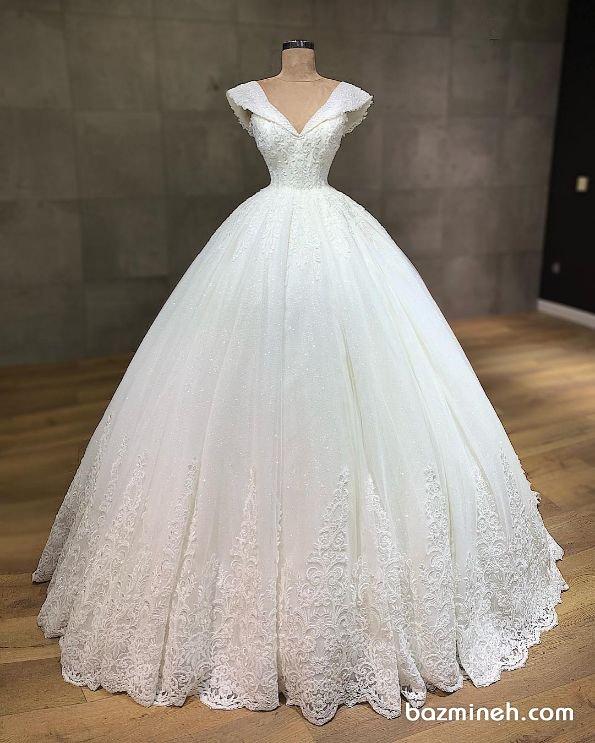 لباس عروس با یقه دلبری آستین دار و دامن پفی سنگدوزی شده