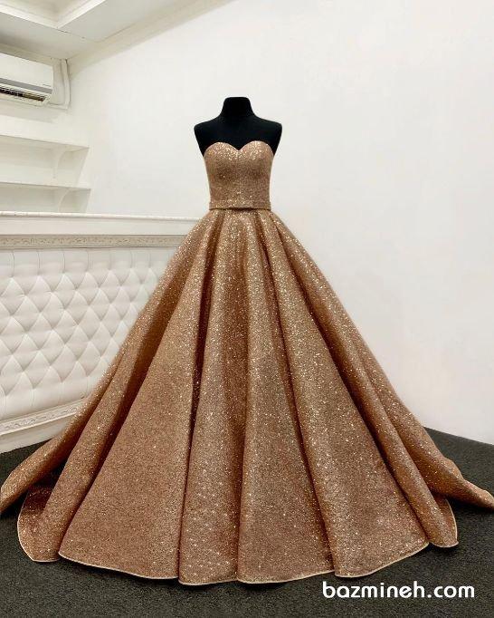 لباس نامزدی یقه دکلته قلبی با پارچه شاینی طلایی و دامن کلوش پفی