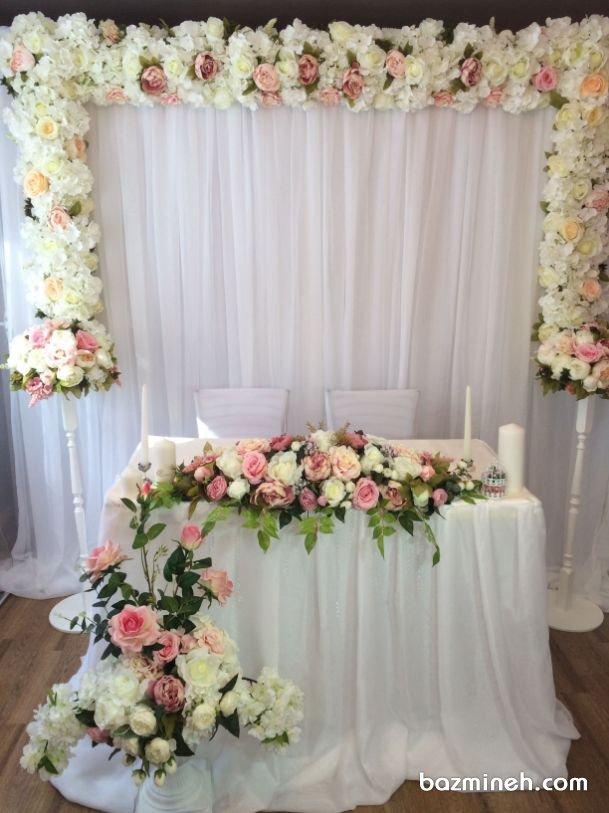 دکوراسیون و گل آرایی ساده و شیک جایگاه عروس و داماد در مراسم بله برون و نامزدی