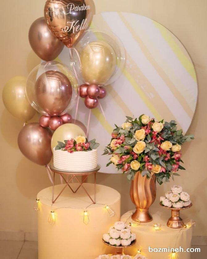 دکوراسیون و بادکنک آرایی ساده و شیک جشن تولد بزرگسال با تم رنگی طلایی