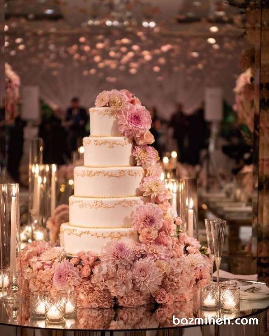 کیک بزرگ جشن نامزدی یا عروسی با تزیین گلهای طبیعی و تم رنگی صورتی کرم