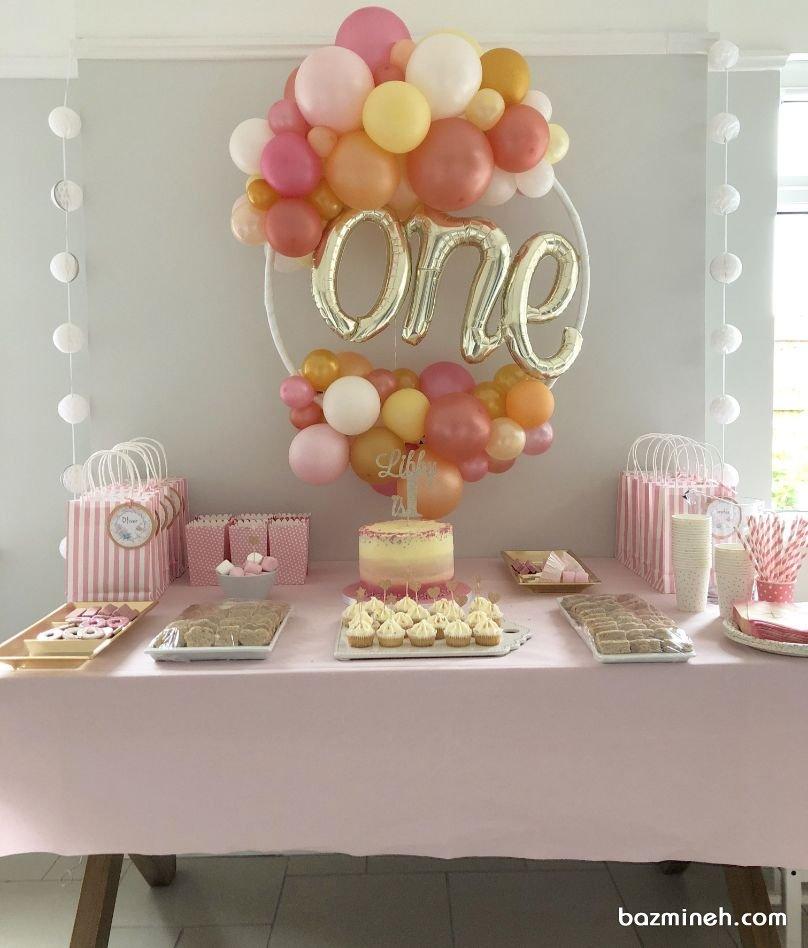 دکوراسیون و بادکنک آرایی ساده و زیبای جشن تولد یکسالگی دخترونه با تم رنگی سفید صورتی