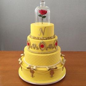 کیک چند طبقه جشن تولد دخترونه با تم دیو و دلبر اگر عاشق رنگ زرد و انرژی مضاعفی که به ببیننده می دهد، هستید این ایده را از دست ندهید. از این مدل کیک فوندانتی با تم دیو و دلبر که ژانری عاشقانه در کنار فضایی کودکانه دارد میتوان در جشن های تولد دخترانه و بزرگسال استفاده نمود.