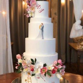 کیک چند طبقه فانتزی جشن نامزدی یا عروسی با تزیین گلهای مصنوعی