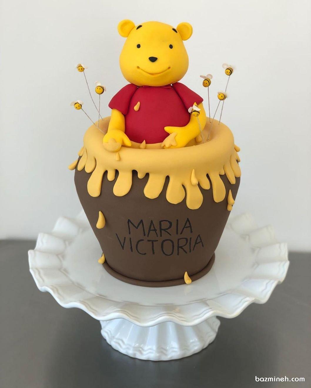 مینی کیک بامزه جشن تولد کودک با تم پو و عسل مینی کیک ها، کیک های کوچک در سایزهای فانتزی هستند که می توانند با فوندانت و در رنگ های بسیار زیبا تزئین شوند که دکوراتورهای کیک در بزمینه با تم پو و ظرف عسل به زیبایی آنها را می آرایند.