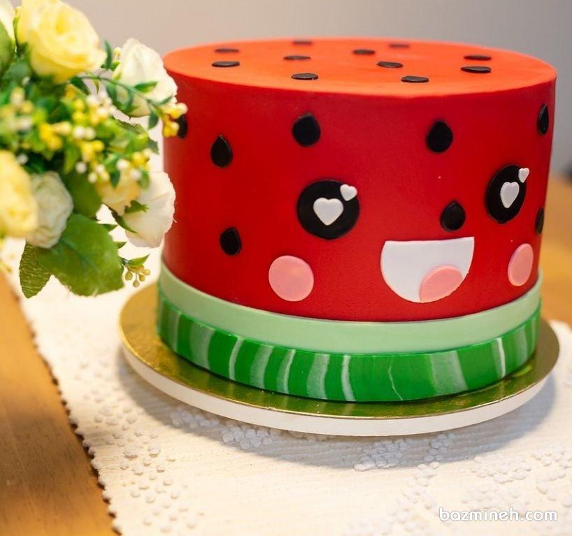 کیک جشن شب یلدا با تم هندوانه  جشن یلدا از جمله جشن هایی است که کیک های فانتزی در آن به وفور دیده می شوند. اگر به عنوان عروس و داماد جدید، در پی ایده های زیبا برای کیک شب یلدا یا شب چله هستید، ایده های کیک در کاتالوگ های قنادان و کیک پزان بزمینه را ببینید.