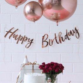 دکوراسیون و بادکنک آرایی ساده و شیک جشن تولد با تم رنگی سفید و رزگلد رنگ رزگلد از جمله رنگ های ترند و بسیار پرطرفدار است که در دکوراسیون جشن تولد و جشن نامزدی و جشن عروسی به وفور مورد استفاده قرار می گیرند. بادکنک آرایی با استفاده از بادکنک های کروم و براق در رنگ های سفید و رزگلد بسیار جذاب است.