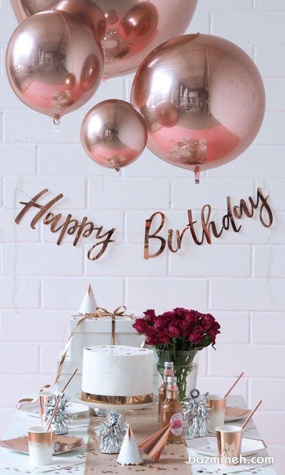 دکوراسیون و بادکنک آرایی ساده و شیک جشن تولد با تم رنگی سفید و رزگلد