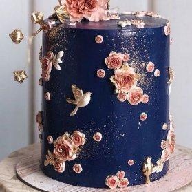 کیک خاص جشن تولد با گلهای برجسته خامهای