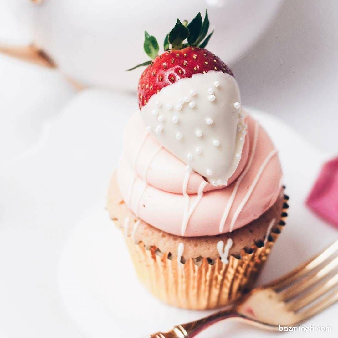 کاپ کیک ساده و خوشمزه با تزیین توت فرنگی