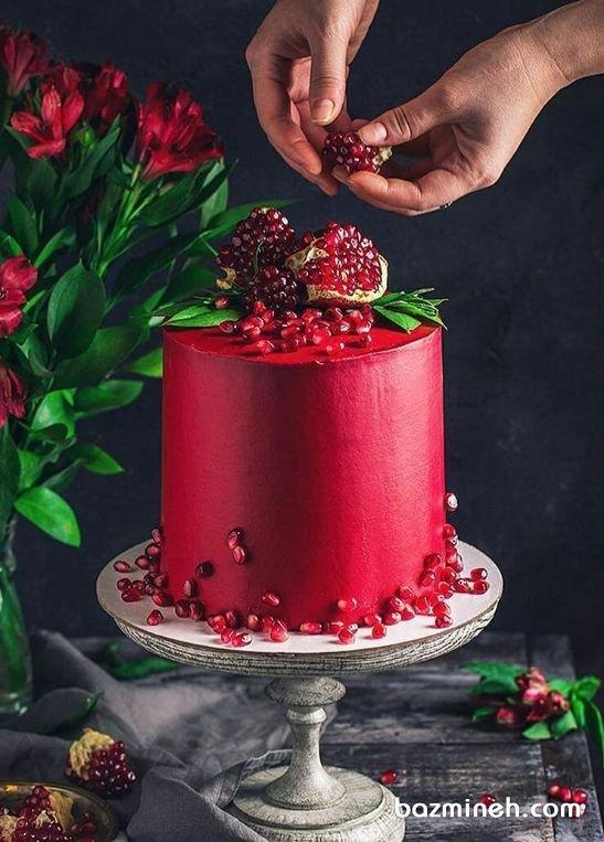 کیک جذاب جشن شب یلدا با تم رنگی قرمز و تزیین دانههای انار