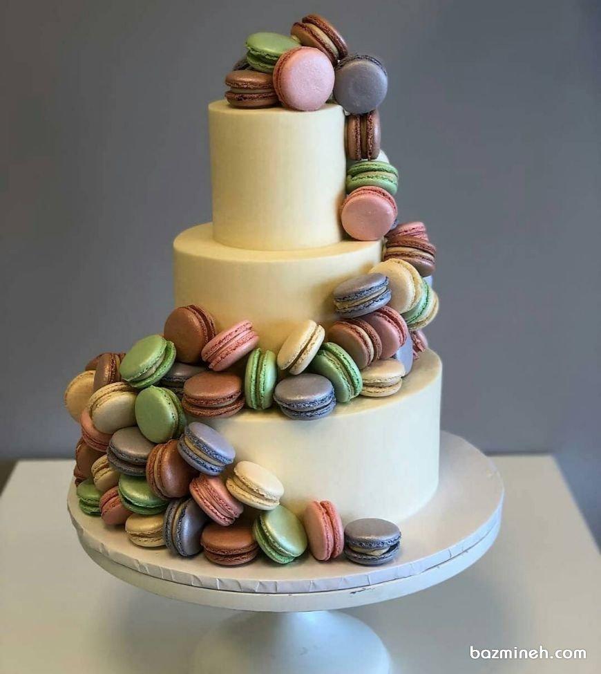 کیک چند طبقه شیک جشن تولد با تزیین ماکارون های رنگی