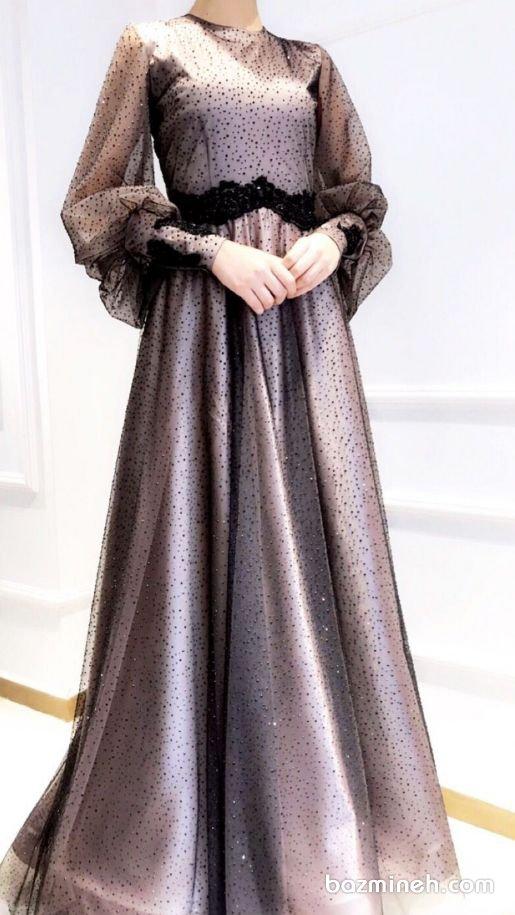 لباس مجلسی پوشیده آستین دار با پارچه توری نگین دار مدلی زیبا برای خانمهای محجبه اگر استایل انتخابی شما برای مراسم هایی مانند عقد رسمی و محضری، حنابندان، نامزدی، عقد، بله برون و شب یلدا، استایل محجبه است، این ایده را در نظر داشته باشید. پارچه های توری جزو ترندهای سال هستند که می توانند به زیبایی در ماکسی های مختلف مورد استفاده قرار گیرند.