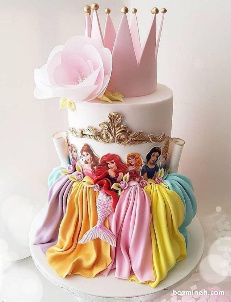 کیک فوندانت جشن تولد دخترونه با تم پرنسسهای والت دیزنی. پرنسس ها والت دیزنی همیشه نقش پررنگی را در تولدهای دخترانه ایفا می کرده اند. این کیک فوندانتی زیبا می تواند ایده جذابی برای جشن تولدهای دخترانه باشد.