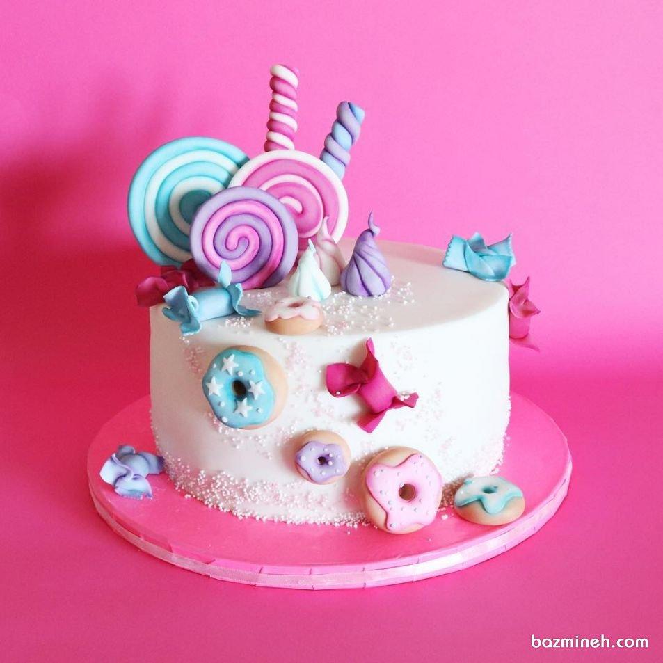 مینی کیک ساده جشن تولد کودک با تم آبنبات چوبی و دونات