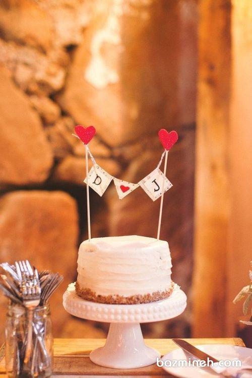 اگر کیک های مینیمال و ساده را می پسندید، این ایده را از دست ندهید و جشن های تولد بزرگسال و سالگرد ازدواج را با این کیک زیباتر نمایید. مینی کیک ساده و زیبای جشن سالگرد ازدواج