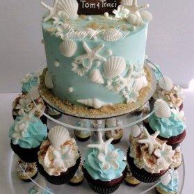 صدف ها و ستاره های دریایی که با فوندانت ساخته می شوند یکی از ایده های جذاب برای تزئین کیک تولد بزرگسالان می باشد که می تواند با کاپ کیک ها و پاپ کیک ها متناسب باشد. مینی کیک و کاپ کیکهای جشن تولد بزرگسال با تم صدف و ستاره دریایی