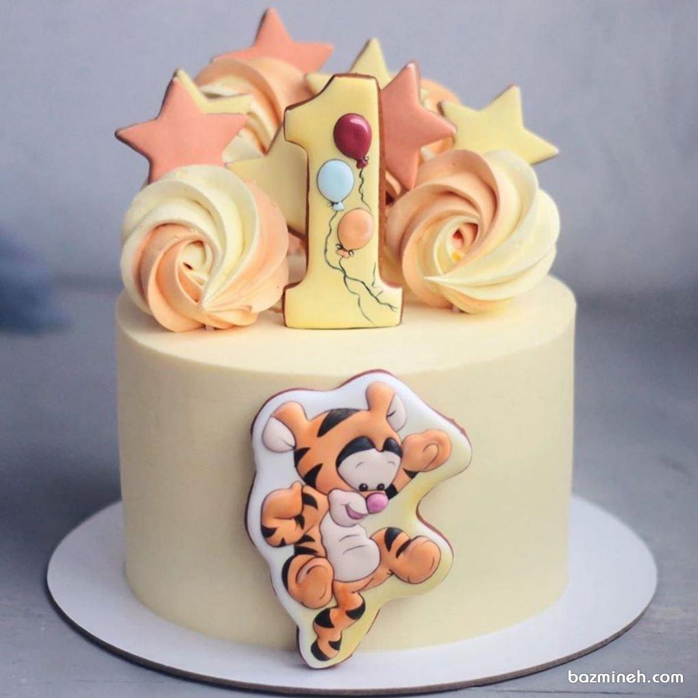 اگر تولد کودک شما در پاییز است و مشتاق رنگ های زرد و نارنجی برای دکوراسیون تولد و دیزاین کیک تولد او هستید، این ایده را از دست ندهید، مینی کیک جشن تولد کودک با تم تایگر در وینی پو (Winnie the Pooh)