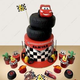 تم مکویین یا ماشین ها برای جشن تولدهای پسرانه پیشنهاد می شوند که می توانند بسیار جذاب باشند و غالبا در رنگ های قرمز طراحی می شوند. کیک مکویین و کیک پسرانه ماشینی نیز در این تم تولد قرار میگیرد که با روکش فوندانت دیزاین می گردد. کیک چند طبقه فوندانت جشن تولد پسرونه با تم مکویین (ماشین ها)