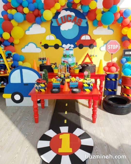 ماشین های جزو اسباب بازی های دوست داشتنی برای پسربچه ها هستند ازین رو تم های تولد ماشین از جمله تم های بسیار پرطرفدار برای پسربچه ها هستند. دکوراسیون و بادکنک آرایی رنگارنگ جشن تولد پسرونه با تم ماشینها که میتواند برای تولدهای پسرانه انتخاب شود، پوسترها، بنرها، استندها و کیک تولد به صورت انیمیشن ماشبنی انتخاب می شوند.