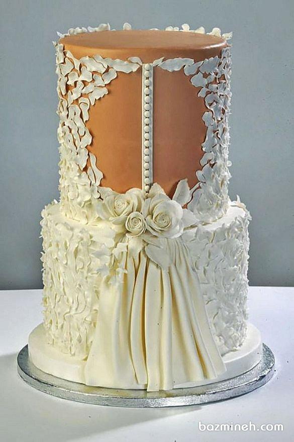 دیزاینرها و دکوراتورهای کیک عروسی شیوه های بسیار متفاوتی را برای طراحی کیک عقد و کیک عروسی ارائه می دهند که یکی از آنها دیزاین کیک با الگوبرداری از لباس عروس است که مهارت و تجارب حرفه ای در زمینه دکوراسیون کیک عروسی را می طلبد. کیک دو طبقه یونیک جشن نامزدی یا عروسی با طرح لباس عروس