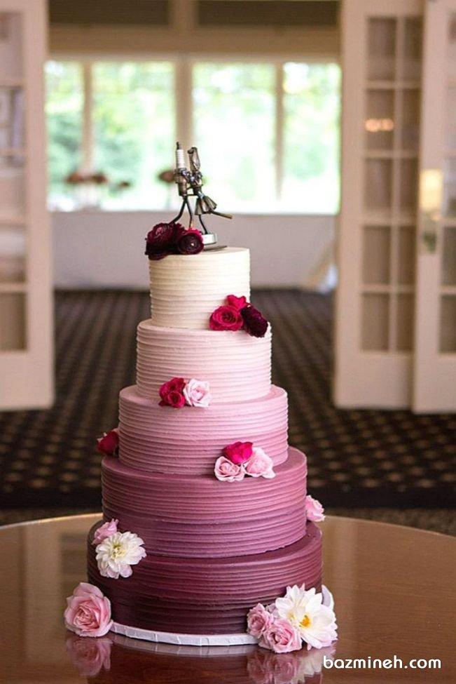کیک چند طبقه بزرگ خامهای جشن نامزدی یا سالگرد ازدواج