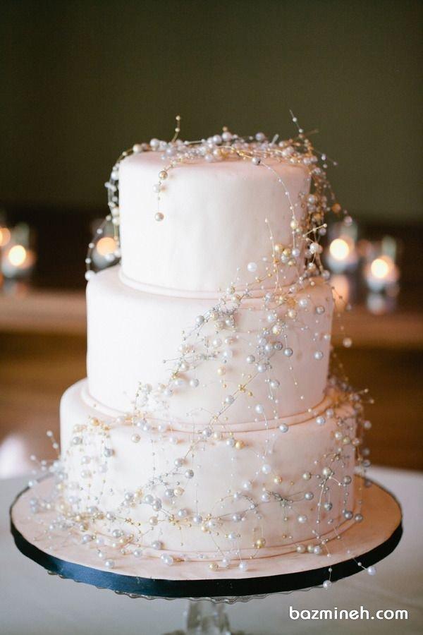 کیک سه طبقه جشن نامزدی یا عروسی با تزیین ریسههای مرواریدی
