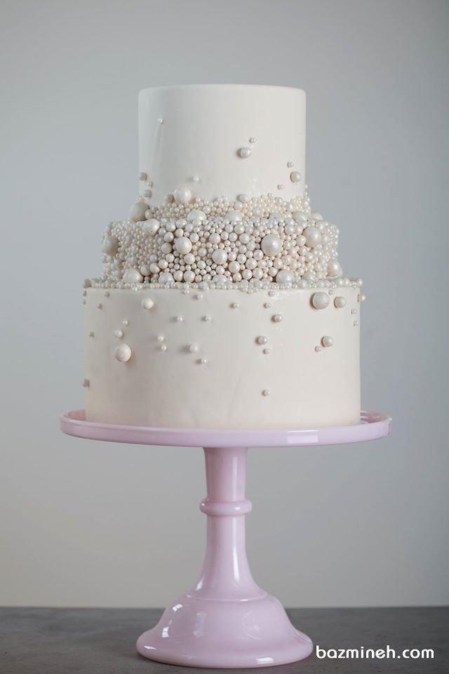 کیک چند طبقه خاص جشن نامزدی یا سالگرد ازدواج با تزیین مرواریدهای خوراکی