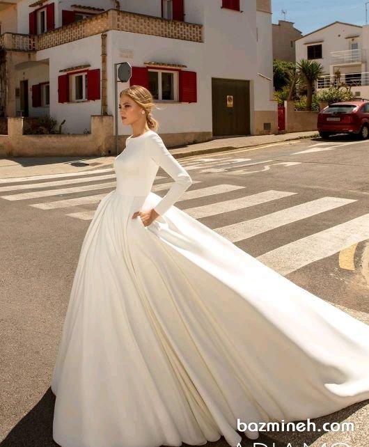 لباس عروس پوشیده و آستین بلند همچنان ترند است. زیبایی این مدل لباس عروسها همراه با فنردوزی دقیق، می تواند از شما عروسی شیک و به یادماندنی بسازد. اگر مدرن بودن لباس عروس در کنار نوع میکاپ و اکسسوریها برای شما حایز اهمیت است این مدل را تماشا نمایید. آستین های پوشیده و یقه های ایستاده و فرنچ و یقههای هفت بسته و لباسهای عروس اروپایی این روزها طرفداران بسیار زیادی دارند.