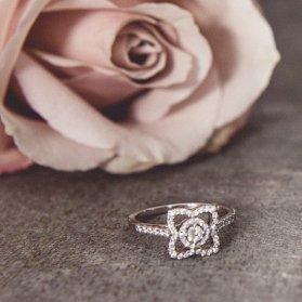 مدلهای خاص انگشتر معمولا برای حلقه نامزدی و انگشتر نشان کاربرد دارند. اگر سبک مدرن را می پسندید پیشنهاد می کنیم مدل حلقه مورد نظرتان را به طلاسازی های منتخب برای ساخت سفارش دهید.