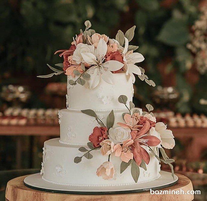 کیک ساده سه طبقه عروسی با گلهای طبیعی