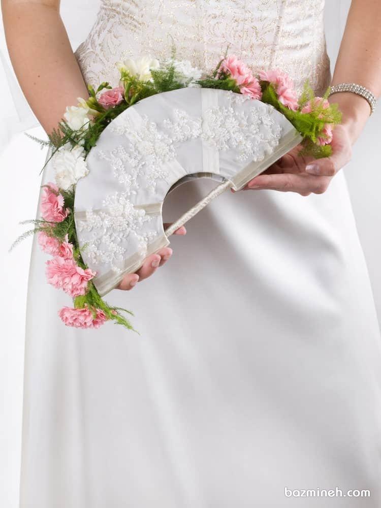 دسته گل خاص بر روی بادبزن عروس