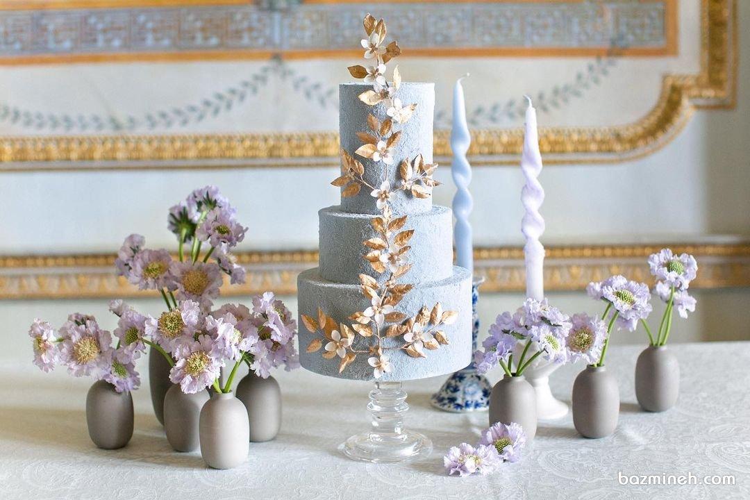میز نامزدی شامل کیک سه طبقه و سایر تزئینات