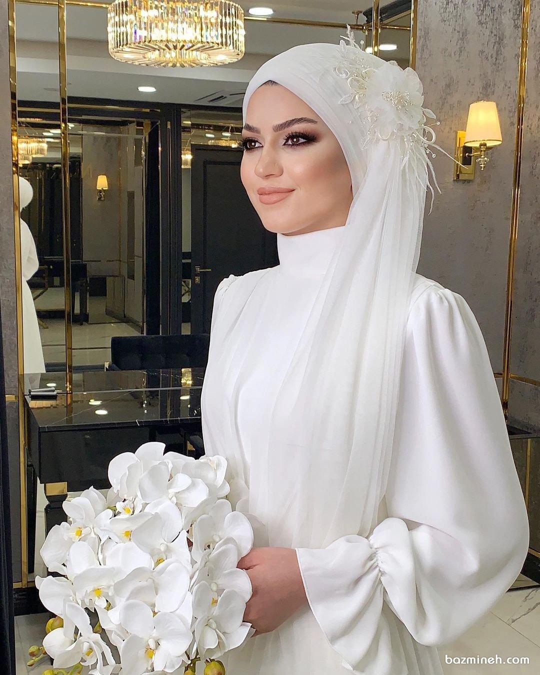 عروس محجبه با لباسی زیبا و دسته گل سفید